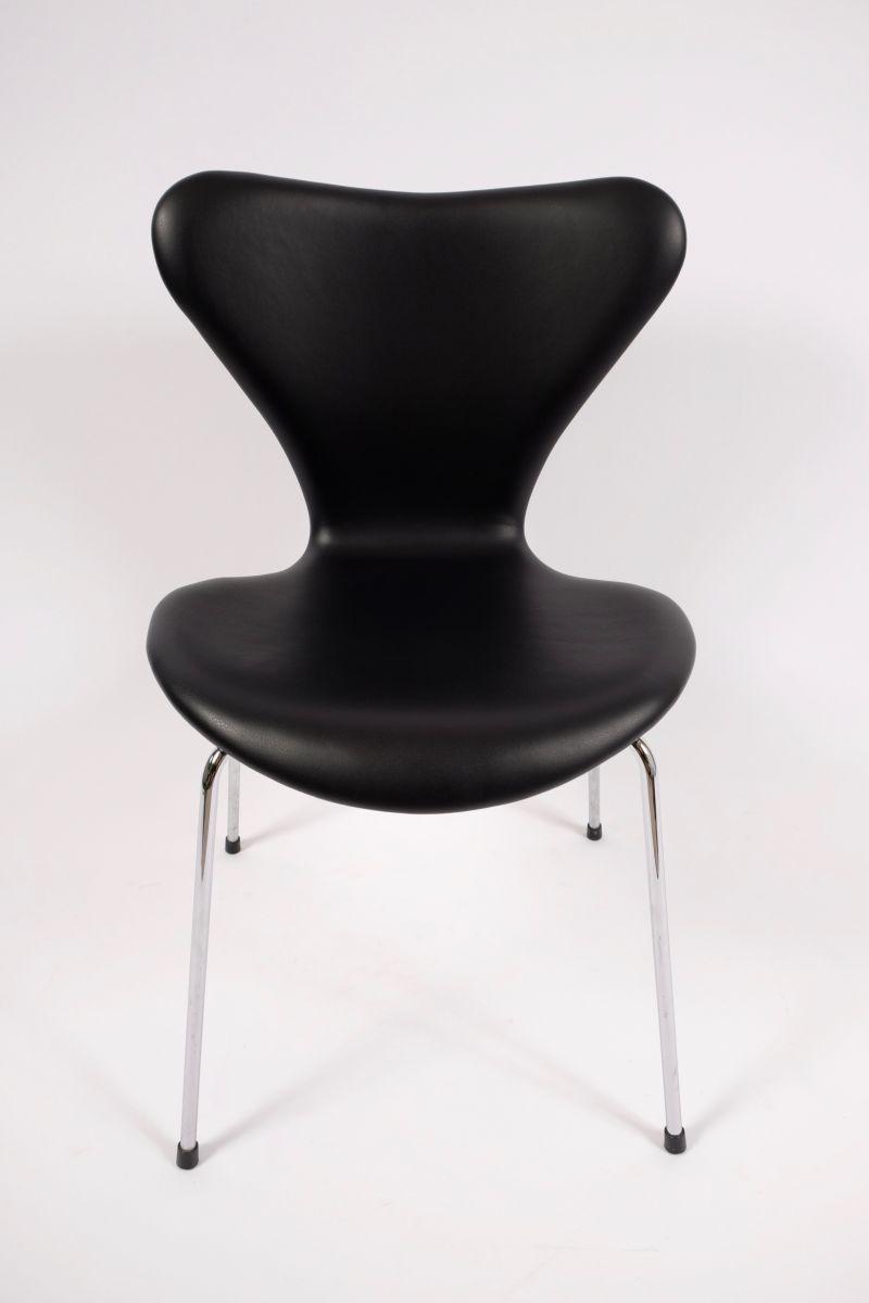 Arne Jacobsen 3107 Syverstol Nypolstret Med Sort Skind (pris pr. stk., 6 stk. klar til levering)
